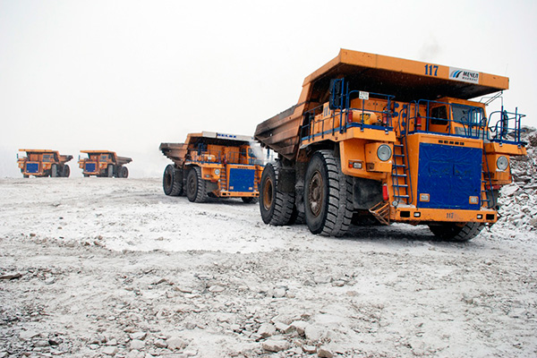 The world's biggest unmanned dump trucks connect to the 5G network